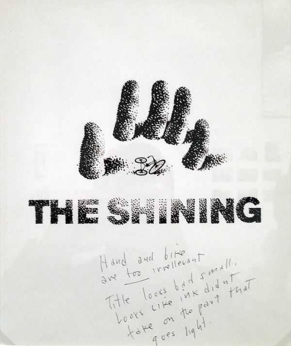 Kubrick: El ve bisiklet çok ilgisiz duruyorlar. Başlık küçükken kötü görünüyor. Mürekkep, aydınlık bölgede yetersiz kalmış görünüyor.
